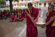 Монахи несут ритуальные подношения во время посвящения Гухьясамаджи, которое даровал Его Святейшество Далай-лама в тантрическом монастыре Гьюдмед. Хунсур, штат Карнатака, Индия. 11 декабря 2015 г. Фото: Тензин Чойджор (офис ЕСДЛ)