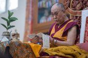 Его Святейшество Далай-лама дарует посвящение Гухьясамаджи в тантрическом монастыре Гьюдмед. Хунсур, штат Карнатака, Индия. 11 декабря 2015 г. Фото: Тензин Чойджор (офис ЕСДЛ)