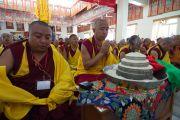 Мастер пения тантрического монастыря Гьюдмед совершает подношение мандалы Его Святейшеству Далай-ламе в начале третьего дня учений. Хунсур, штат Карнатака, Индия. 11 декабря 2015 г. Фото: Тензин Чойджор (офис ЕСДЛ)