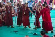 """Монахи, изучающие естественные науки, проводят показательные диспуты для Его Святейшества Далай-ламы в монастыре Сера по завершении первого дня работы 30-й конференции института """"Ум и жизнь"""". Билакуппе, штат Карнатака, Индия. 14 декабря 2015 г. Фото: Тензин Чойджор (офис ЕСДЛ)"""