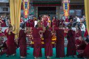Его Святейшество Далай-лама наблюдает за диспутами монахов монастыря Сера Чже по вопросам науки. Билакуппе, штат Карнатака, Индия. 14 декабря 2015 г. Фото: Тензин Чойджор (офис ЕСДЛ)