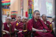 """Старшие монахи слушают доклады на первой сессии 30-й конференции института """"Ум и жизнь"""" в монастыре Сера. Билакуппе, штат Карнатака, Индия. 14 декабря 2015 г. Фото: Тензин Чойджор (офис ЕСДЛ)"""