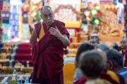 """Его Святейшество Далай-лама выступает с вступительным словом на открытии 30-й конференции института """"Ум и жизнь"""" в монастыре Сера. Билакуппе, штат Карнатака, Индия. 14 декабря 2015 г. Фото: Тензин Чойджор (офис ЕСДЛ)"""
