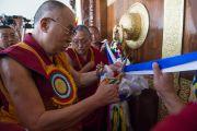Его Святейшество Далай-лама перерезает ленточку на дверях нового зала собраний в канцене Побхор в монастыре Сера. Билакуппе, штат Карнатака, Индия. 15 декабря 2015 г. Фото: Тензин Чойджор (офис ЕСДЛ)