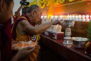 Его Святейшество Далай-лама зажигает масляный светильник на торжественном открытии нового зала собраний в канцене Побхор в монастыре Сера. Билакуппе, штат Карнатака, Индия. 15 декабря 2015 г. Фото: Тензин Чойджор (офис ЕСДЛ)
