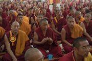 Некоторые из нескольких тысяч монахов, собравшихся на торжественное открытие нового зала собраний в канцене Побхор в монастыре Сера, слушают речь Его Святейшества Далай-ламы. Билакуппе, штат Карнатака, Индия. 15 декабря 2015 г. Фото: Тензин Чойджор (офис ЕСДЛ)