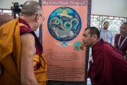Его Святейшество Далай-лама осматривает выставку в монастыре Сера, посвященную проблемам изменения климата, подготовленную Библиотекой тибетских трудов и архивов. Билакуппе, штат Карнатака, Индия. 15 декабря 2015 г. Фото: Тензин Чойджор (офис ЕСДЛ)
