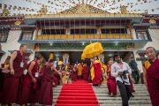 Его Святейшество Далай-лама выходит из нового зала собраний в канцене Побхор в монастыре Сера после завершения церемонии освящения. Билакуппе, штат Карнатака, Индия. 15 декабря 2015 г. Фото: Тензин Чойджор (офис ЕСДЛ)