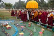 Его Святейшество Далай-лама знакомится с проектом, посвященном проблемам водных ресурсов, подготовленным в средней школе монастыря Сера Чже. Билакуппе, штат Карнатака, Индия. 15 декабря 2015 г. Фото: Тензин Чойджор (офис ЕСДЛ)