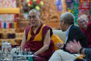 """Его Святейшество Далай-лама на 30-й конференции института """"Ум и жизнь"""" в монастыре Сера. Билакуппе, штат Карнатака, Индия. 15 декабря 2015 г. Фото: Тензин Чойджор (офис ЕСДЛ)"""