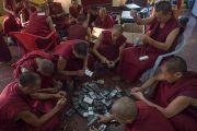 """Монахи собирают FM-приемники, которые использовались для того чтобы слушать перевод на 30-й конференции института """"Ум и жизнь"""" в монастыре Сера. Билакуппе, штат Карнатака, Индия. 17 декабря 2015 г. Фото: Тензин Чойджор (офис ЕСДЛ)"""