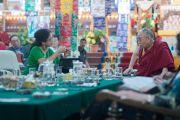 """Васудеви Редди поясняет Его Святейшеству Далай-ламе свой доклад на 30-й конференции института """"Ум и жизнь"""" в монастыре Сера. Билакуппе, штат Карнатака, Индия. 16 декабря 2015 г. Фото: Тензин Чойджор (офис ЕСДЛ)"""