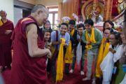 """Его Святейшество Далай-лама приветствует членов Тибетского научного общества перед началом заключительного дня работы 30-й конференции института """"Ум и жизнь"""" в монастыре Сера. Билакуппе, штат Карнатака, Индия. 17 декабря 2015 г. Фото: Тензин Чойджор (офис ЕСДЛ)"""