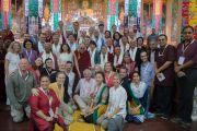 """Его Святейшество Далай-лама с докладчиками, организаторами конференции и их помощниками по завершении работы 30-й конференции института """"Ум и жизнь"""" в монастыре Сера. Билакуппе, штат Карнатака, Индия. 16 декабря 2015 г. Фото: Тензин Чойджор (офис ЕСДЛ)"""