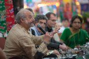 """Джей Гарфилд комментирует один из докладов на 30-й конференции института """"Ум и жизнь"""" в монастыре Сера. Билакуппе, штат Карнатака, Индия. 16 декабря 2015 г. Фото: Тензин Чойджор (офис ЕСДЛ)"""