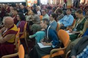 """Западные гости и некоторые из более 800 монахов и монахинь слушают доклады на 30-й конференции института """"Ум и жизнь"""" в монастыре Сера. Билакуппе, штат Карнатака, Индия. 17 декабря 2015 г. Фото: Тензин Чойджор (офис ЕСДЛ)"""