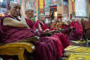 """Старшие монахи слушают доклады на 30-й конференции института """"Ум и жизнь"""" в монастыре Сера. Билакуппе, штат Карнатака, Индия. 17 декабря 2015 г. Фото: Тензин Чойджор (офис ЕСДЛ)"""