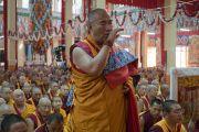 Сэра хийдийн гол дуганд зохион байгуулагдаж буй Дээрхийн Гэгээнтэн Далай Ламд даншүг өргөх ёслолыг их унзад эхлүүлж байгаа нь. Энэтхэг, Карнатака, Билакуппе. 2015.12.18. Гэрэл зургийг Тэнзин Чойжор (ДЛО)