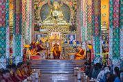 Дээрхийн Гэгээнтэн Далай Лам Дашлхүнбо хийдийн шинэ дуганд саатан уншлага уншив. Энэтхэг, Карнатака, Билакуппе. 2015.12.18. Гэрэл зургийг Тэнзин Чойжор (ДЛО)