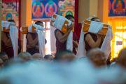 Даншүгийн үеэр Ганжуур, Данжуурын олон боть номыг Дээрхийн Гэгээнтэн Далай Ламд өргөн барьлаа. Энэтхэг, Карнатака, Билакуппе. 2015.12.18. Гэрэл зургийг Тэнзин Чойжор (ДЛО)