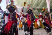 """Дээрхийн Гэгээнтэн Далай Ламыг Дашлхүнбо хийдэд морилон ирэхэд төвөдийн бүжигчид """"даш шолба"""" хэмээх бүжиг бүжиглэв. Энэтхэг, Карнатака, Билакуппе. 2015.12.18. Гэрэл зургийг Тэнзин Чойжор (ДЛО)"""