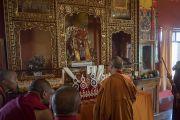 Его Святейшество Далай-лама перед изображениями божеств-защитников в новом зале в монастыре Ташилунпо. Билакуппе, штат Карнатака, Индия. 18 декабря 2015 г. Фото: Тензин Чойджор (офис ЕСДЛ)