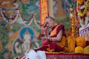 Его Святейшество Далай-лама дарует учения в монастыре Сера Лачи после завершения молебна о его долголетии. Билакуппе, штат Карнатака, Индия. 18 декабря 2015 г. Фото: Тензин Чойджор (офис ЕСДЛ)