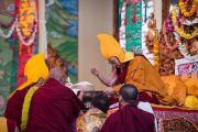 Даншүг өргөх ёслолын үеэр гол лам нар Дээрхийн Гэгээнтэн Далай Ламд мандал өргөв. Энэтхэг, Карнатака, Билакуппе. 2015.12.18. Гэрэл зургийг Тэнзин Чойжор (ДЛО)