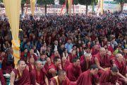 Большое скопление людей вокруг храма монастыря Сера Лачи во время молебна о долголетии Его Святейшества Далай-ламы. Билакуппе, штат Карнатака, Индия. 18 декабря 2015 г. Фото: Тензин Чойджор (офис ЕСДЛ)