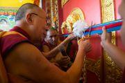 Дээрхийн Гэгээнтэн Далай Лам Дашлхүнбо хийдийн шинэ дуганы нээлт хийж тууз хайчлав. Энэтхэг, Карнатака, Билакуппе. 2015.12.18. Гэрэл зургийг Тэнзин Чойжор (ДЛО)