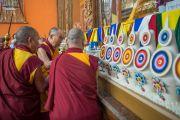 Дээрхийн Гэгээнтэн Далай Лам Дашлхүнбо хийдийн шинэ дуганд зул өргөв. Энэтхэг, Карнатака, Билакуппе. 2015.12.18. Гэрэл зургийг Тэнзин Чойжор (ДЛО)