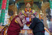 Дээрхийн Гэгээнтэн Далай Лам даншүг өргөх ёслол дууссаны дараа гэвш Лувсанмонламын эрхлэн гаргасан цахим хэлбэрийн төвөд толь бичгийн нээлт хийв. Энэтхэг, Карнатака, Билакуппе. 2015.12.18. Гэрэл зургийг Тэнзин Чойжор (ДЛО)