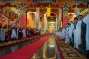 Лам нар болон хүндэт зочид Дээрхийн Гэгээнтнийг шинэ дуганд орж ирэхийг хүлээн зогсож байгаа нь. Энэтхэг, Карнатака, Билакуппе. 2015.12.18. Гэрэл зургийг Тэнзин Чойжор (ДЛО)