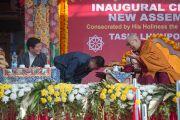 Его Святейшество Далай-лама, спикер тибетского парламента в изгнании Пенпа Церинг и глава Центральной тибетской администрации Лобсанг Сенге на торжественной церемонии освящения нового зала собраний в монастыре Ташилунпо. Билакуппе, штат Карнатака, Индия. 19 декабря 2015 г. Фото: Тензин Чойджор (офис ЕСДЛ)