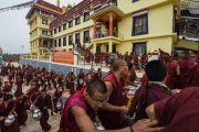 Монахи спешат разнести чай более чем 30 тысячам участников учений Его Святейшества Далай-ламы по 18 коренным текстам и комментариями традиции Ламрим в монастыре Ташилунпо. Билакуппе, штат Карнатака, Индия. 21 декабря 2015 г. Фото: Тензин Чойджор (офис ЕСДЛ)