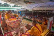 Начало третьего дня учений. Его Святейшество Далай-лама на троне у входа в новый зал собраний в монастыре Ташилунпо. Билакуппе, штат Карнатака, Индия. 22 декабря 2015 г. Фото: Тензин Чойджор (офис ЕСДЛ)