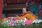 Его Святейшество Далай-лама попросил установить трон снаружи храма, чтобы дышать свежим воздухом и видеть как можно больше своих учеников, присутствующих на учениях. Билакуппе, штат Карнатака, Индия. 21 декабря 2015 г. Фото: Тензин Чойджор (офис ЕСДЛ)