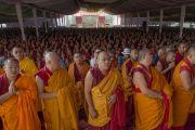 """Дээрхийн Гэгээнтэн Далай Ламын """"Бодь Мөрийн Зэрэг"""" цуврал номын айлдвар эхлэхийн өмнө 22,000 гаруй лам нар Дээрхийн Гэгээнтнийг хүлээн зогсож байгаа нь. Энэтхэг, Карнатака, Билакуппе, Дашлхүнбо хийд. 2015.12.20. Гэрэл зургийг Тэнзин Чойжор (ДЛО)"""