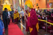Его Святейшество Далай-лама приветствует слушателей перед началом второго дня учений по 18 коренным текстам и комментариям традиции Ламрим в монастыре Ташилунпо. Билакуппе, штат Карнатака, Индия. 21 декабря 2015 г. Фото: Тензин Чойджор (офис ЕСДЛ)