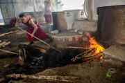 Монах разжигает огонь, чтобы готовить чай для участников учений Его Святейшества Далай-ламы в монастыре Ташилунпо по 18 коренным текстам и комментариями традиции Ламрим. Билакуппе, штат Карнатака, Индия. 21 декабря 2015 г. Фото: Тензин Чойджор (офис ЕСДЛ)