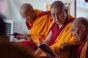 Ганден Трипа, Линг Ринпоче и настоятель монастыря Ташилунпо на учениях Его Святейшества Далай-ламы по 18 коренным текстам и комментариям традиции Ламрим в монастыре Ташилунпо. Билакуппе, штат Карнатака, Индия. 24 декабря 2015 г. Фото: Тензин Чойджор (офис ЕСДЛ)