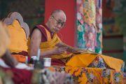 Его Святейшество Далай-лама зачитывает текст во время учений по 18 коренным текстам и комментариям традиции Ламрим в монастыре Ташилунпо. Билакуппе, штат Карнатака, Индия. 23 декабря 2015 г. Фото: Тензин Чойджор (офис ЕСДЛ)
