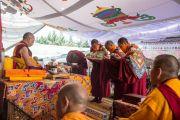 Подношения цог Его Святейшеству Далай-ламе в конце шестого дня учений по 18 коренным текстам и комментариям традиции Ламрим в монастыре Ташилунпо. Билакуппе, штат Карнатака, Индия. 23 декабря 2015 г. Фото: Тензин Чойджор (офис ЕСДЛ)