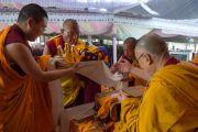 Его Святейшеству Далай-ламе совершают подношения в начале шестого дня учений по 18 коренным текстам и комментариям традиции Ламрим в монастыре Ташилунпо. Билакуппе, штат Карнатака, Индия. 25 декабря 2015 г. Фото: Тензин Чойджор (офис ЕСДЛ)