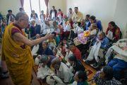Его Святейшество Далай-лама на встрече с пожилыми тибетцами в монастыре Ташилунпо. Билакуппе, штат Карнатака, Индия. 28 декабря 2015 г. Фото: Тензин Чойджор (офис ЕСДЛ)
