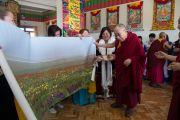 Группа паломников из Монголии преподнесла Его Святейшеству Далай-ламе огромную панораму монгольской степи. Билакуппе, штат Карнатака, Индия. 28 декабря 2015 г. Фото: Тензин Чойджор (офис ЕСДЛ)