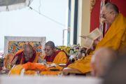 Ганден Трипа Ризонг Ринпоче и Линг Ринпоче читают текст вслед за Его Святейшеством Далай-ламой во время учений в монастыре Ташилунпо. Билакуппе, штат Карнатака, Индия. 28 декабря 2015 г. Фото: Тензин Чойджор (офис ЕСДЛ)