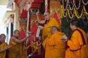 Его Святейшество Далай-лама во время церемонии дарования обетов бодхисаттвы в заключительный день учений в монастыре Ташилунпо. Билакуппе, штат Карнатака, Индия. 28 декабря 2015 г. Фото: Тензин Чойджор (офис ЕСДЛ)