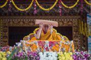 В завершение учений Его Святейшество Далай-лама подносит текст ко лбу в знак почтения. Билакуппе, штат Карнатака, Индия. 28 декабря 2015 г. Фото: Тензин Чойджор (офис ЕСДЛ)