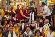 Его Святейшество Далай-лама фотографируется на память с паломниками из стран Азии, участвовавшими в учениях по Ламриму в монастыре Ташилунпо. Билакуппе, штат Карнатака, Индия. 28 декабря 2015 г. Фото: Тензин Чойджор (офис ЕСДЛ)